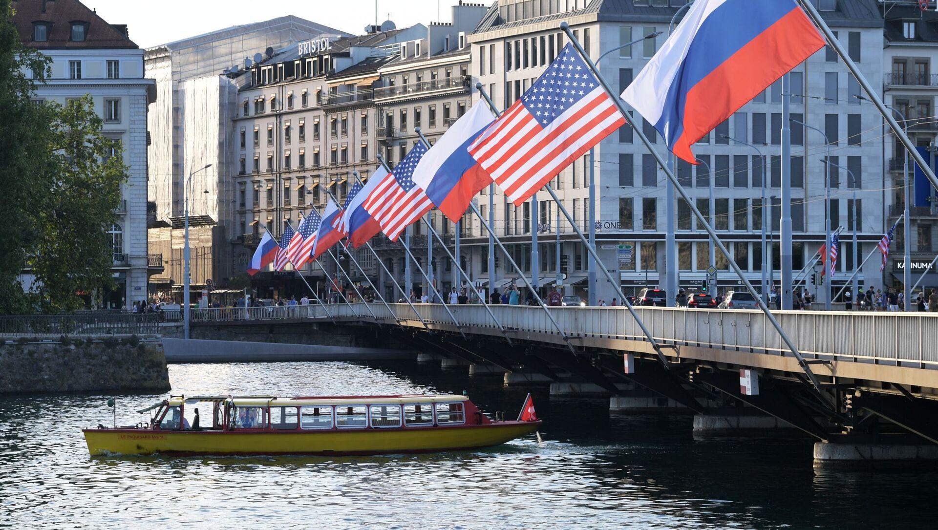 Les drapeaux russe et américain sur le pont du Mont-Blanc à Genève à l'occasion du sommet Poutine-Biden - Sputnik France, 1920, 16.06.2021