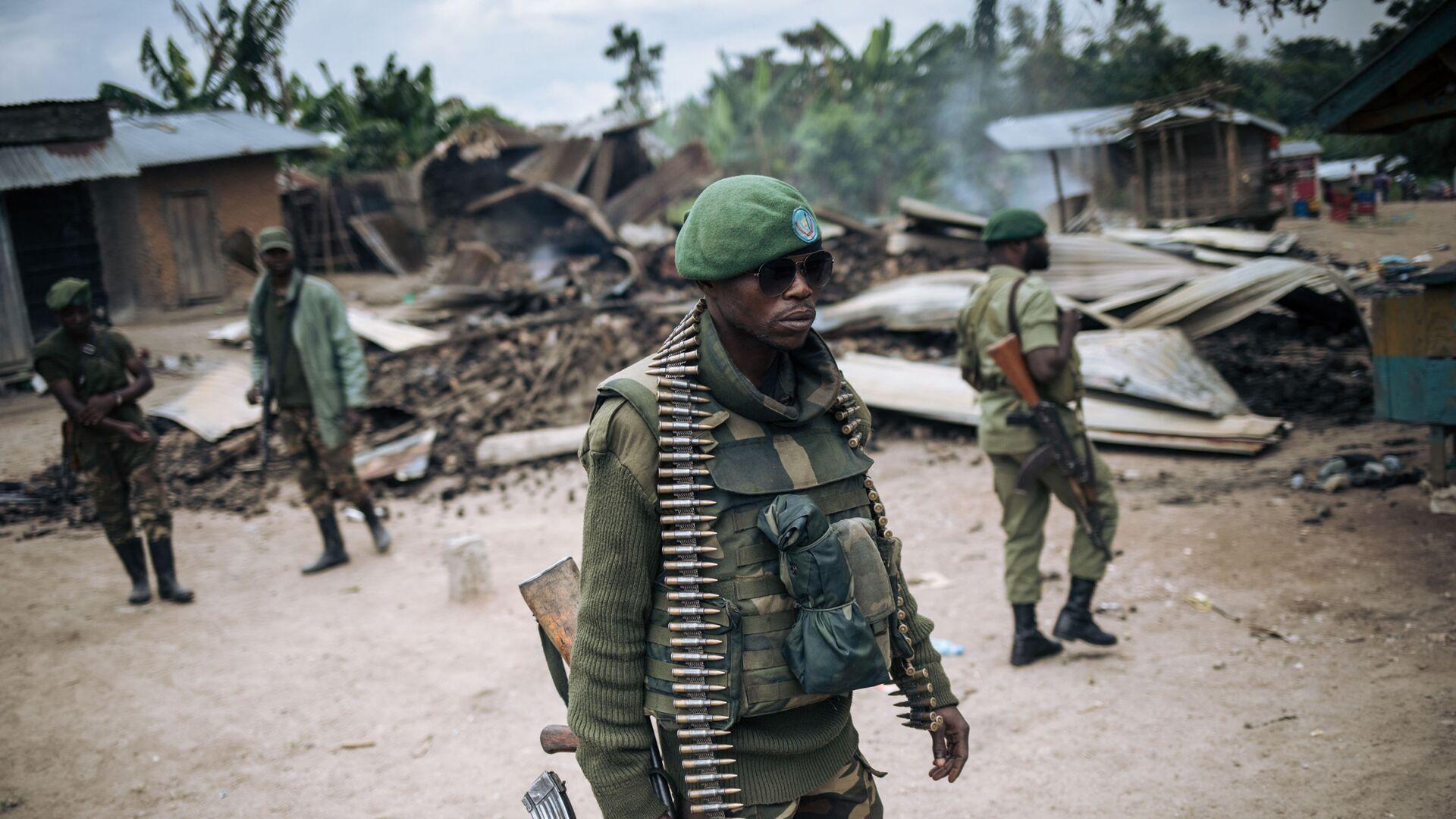 Un soldat des Forces armées de la République démocratique du Congo (FARDC) participe à une patrouille dans le village de Manzalaho près de Beni le 18 février 2020, à la suite d'une attaque qui aurait été perpétrée par des membres du groupe Forces démocratiques alliées (ADF) - Sputnik France, 1920, 24.06.2021