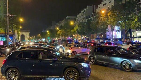 Les Français fêtent leur qualification et première place du groupe sur les Champs-Élysées, le 24 juin 2021 - Sputnik France