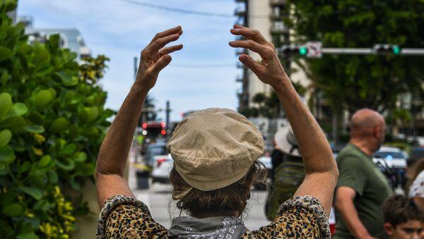 Девушка на месте обрушения здания в Майами  - Sputnik France