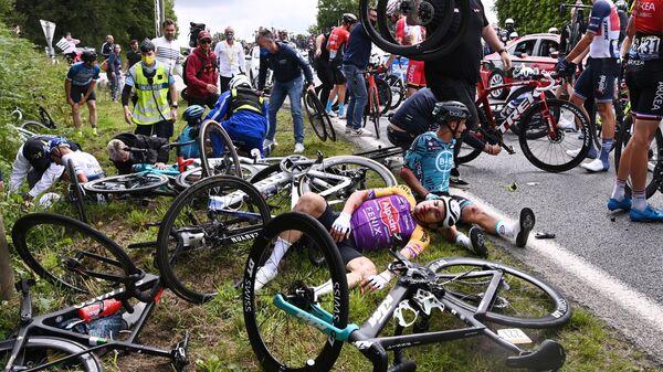 Une chute collective lors de la première étape du Tour de France le 26 juin 2021.  - Sputnik France