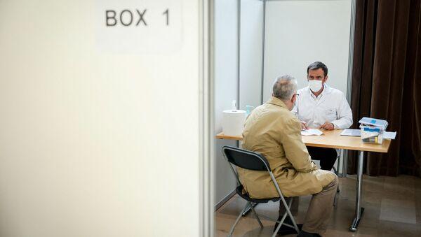 Le ministre de la Santé et des Solidarités Olivier Véran reçoit un patient au centre de vaccination de Montrouge, mai 2021 - Sputnik France