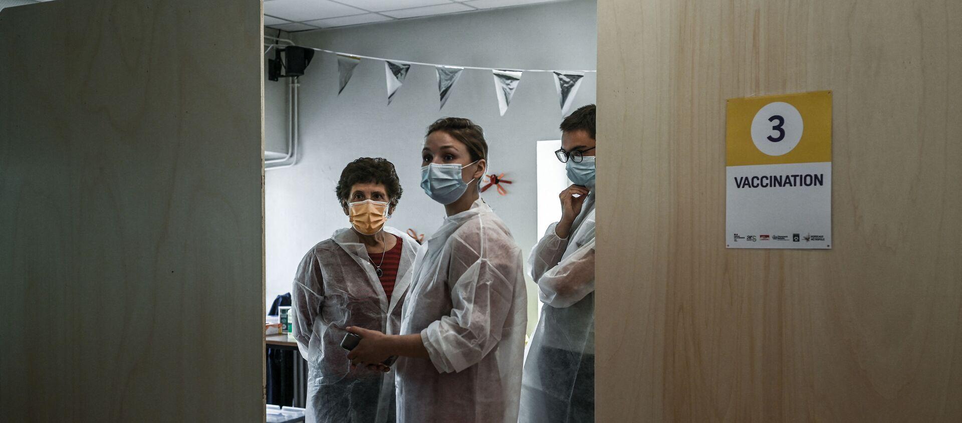 Des soignants vaccinent contre le Covid-19 au centre de vaccination de Bacalan près de Bordeaux, mai 2021 - Sputnik France, 1920, 01.07.2021