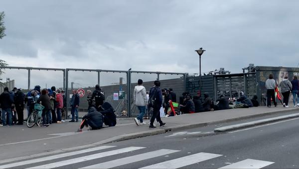 Les fumeurs de crack se regroupent autour de la grille des jardins d'Éole, le 30 juin 2021 - Sputnik France
