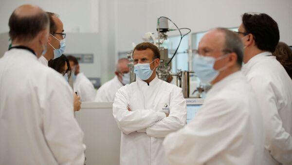 Le Président de la République française Emmanuel Macron visite un laboratoire Sanofi à Marcy-l'Etoile, près de Lyon, juin 2020 - Sputnik France