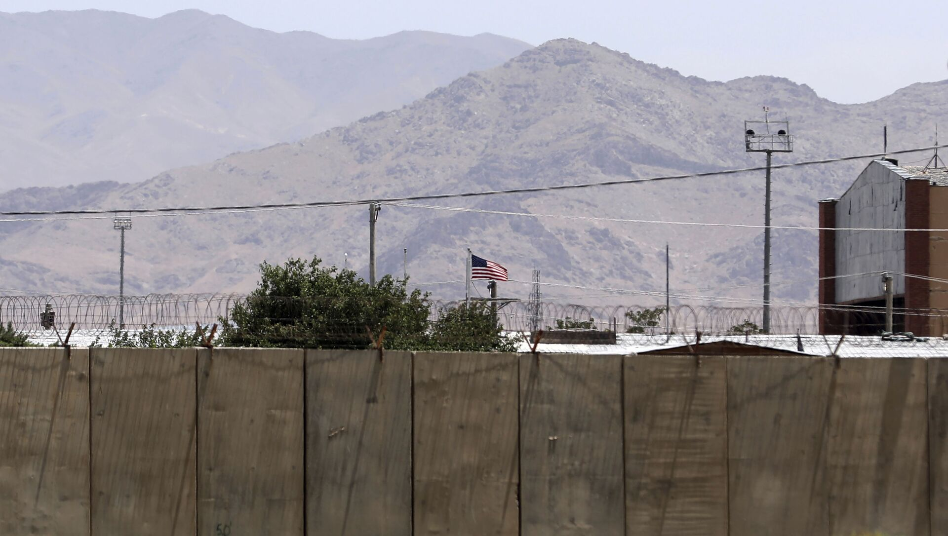 The flag of the United States flies over Bagram Air Base, in Afghanistan, Friday, June 25, 2021. - Sputnik France, 1920, 03.08.2021