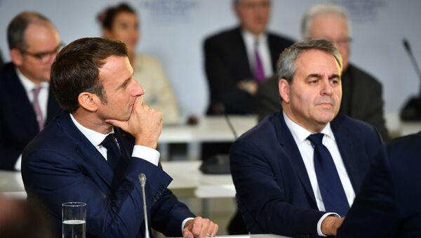 Le Président de la République française Emmanuel Macron et le président des Hauts-de-France Xavier Bertrand lors d'un Comité Stratégique du Canal-Seine-Nord-Europe à Nesle, novembre 2019 - Sputnik France
