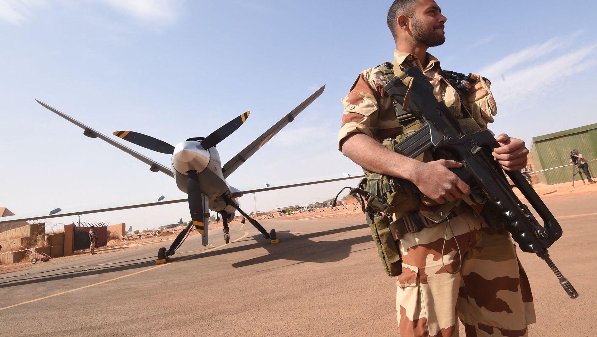 Soldat de l'opération Barkhane, devant un drone Reaper à l'aéroport militaire nigérian de Diori Hamani - Sputnik France, 1920, 17.09.2021