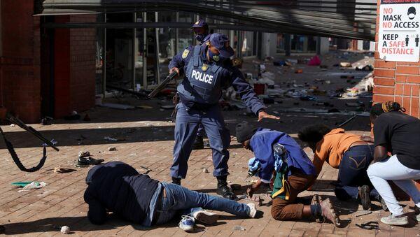 Полицейские задерживают демонстрантов во время протестов в Катлехонге, ЮАР - Sputnik France
