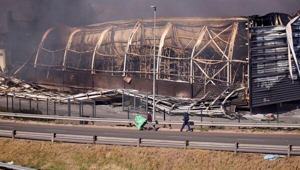 Un centre commercial en feu à Pietermaritzburg, durant les émeutes - Sputnik France