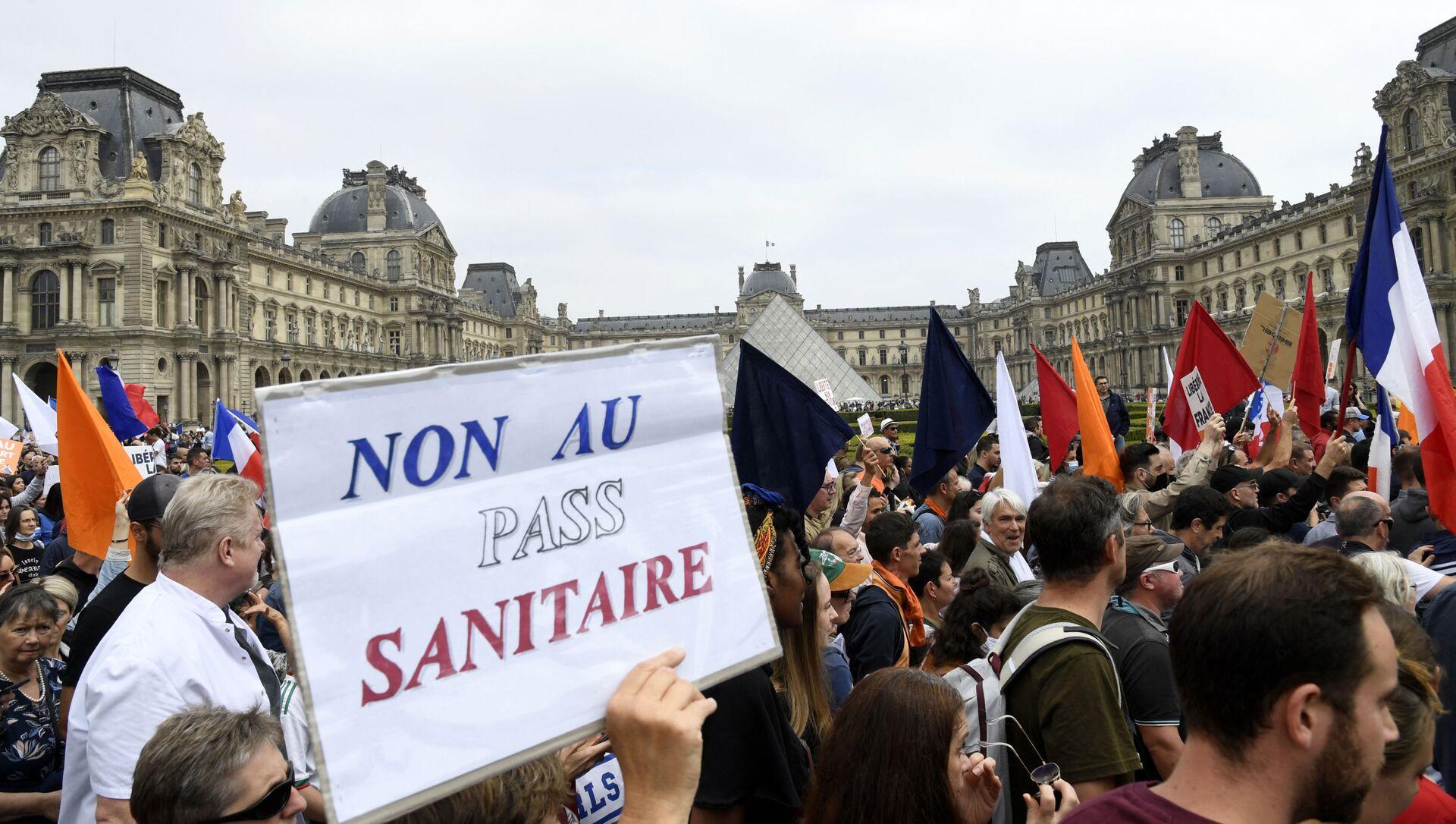 Une manifestation contre l'extension du pass sanitaire à Paris - Sputnik France, 1920, 15.08.2021
