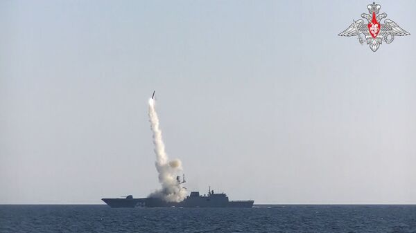 Une frégate de la marine russe lance un missile hypersonique Zirkon sur une cible côtière, le 19 juillet 2021 - Sputnik France