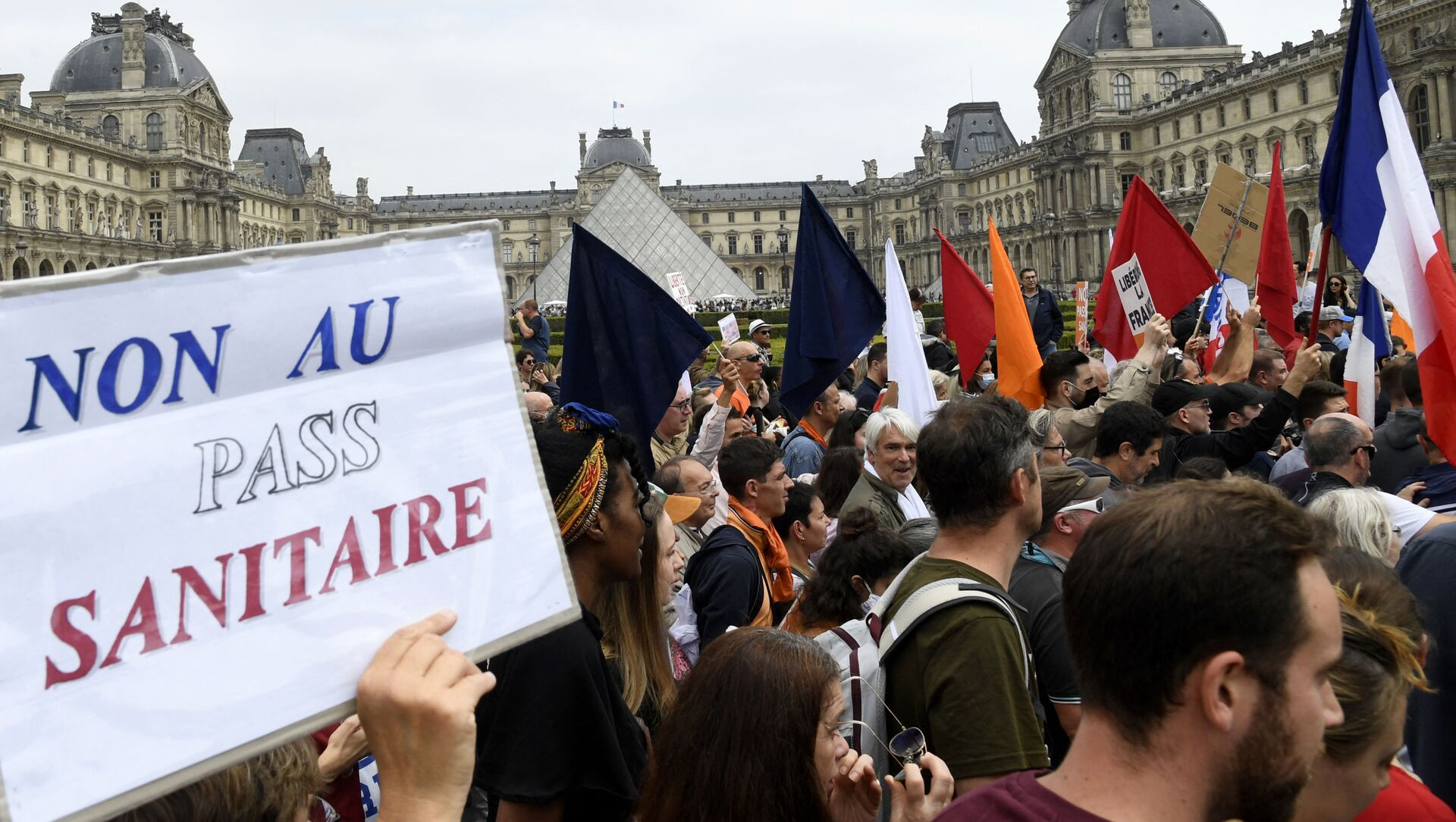 L'ancien présentateur Richard Boutry, passé par France Soir, est une figure de proue des «covido-sceptiques». Également présent à la grande manifestation de samedi, il a déjà commencé à faire le tri. Au cours du lancement du média LaUneTv dimanche soir, il a annoncé que la chaîne «ne servira la soupe à personne et encore moins à nos politiques, qui nous ont tous trahis». Une critique en règle à l'encontre de Florian Philippot, qui était à l'origine de la manifestation parisienne, et de Nicolas Dupont-Aignan, lui aussi apparu en tête de cortège samedi dernier. - Sputnik France, 1920, 19.07.2021