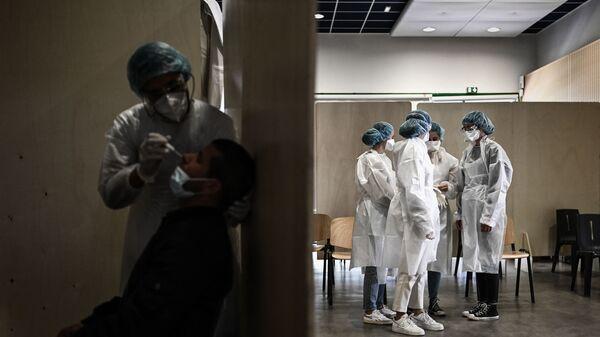Des soignants dépistent le Covid-19 avec un test PCR à Bacalan près de Bordeaux, mai 2021 - Sputnik France