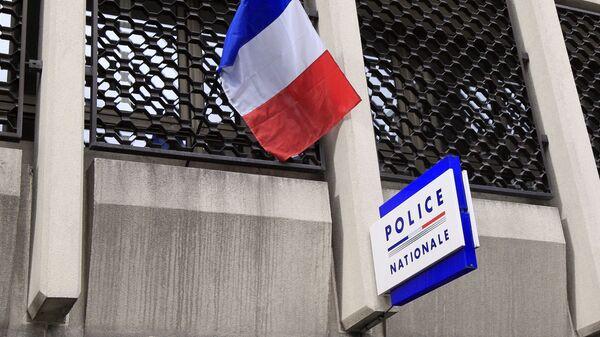 Un drapeau français au dessus d'un commissariat  - Sputnik France