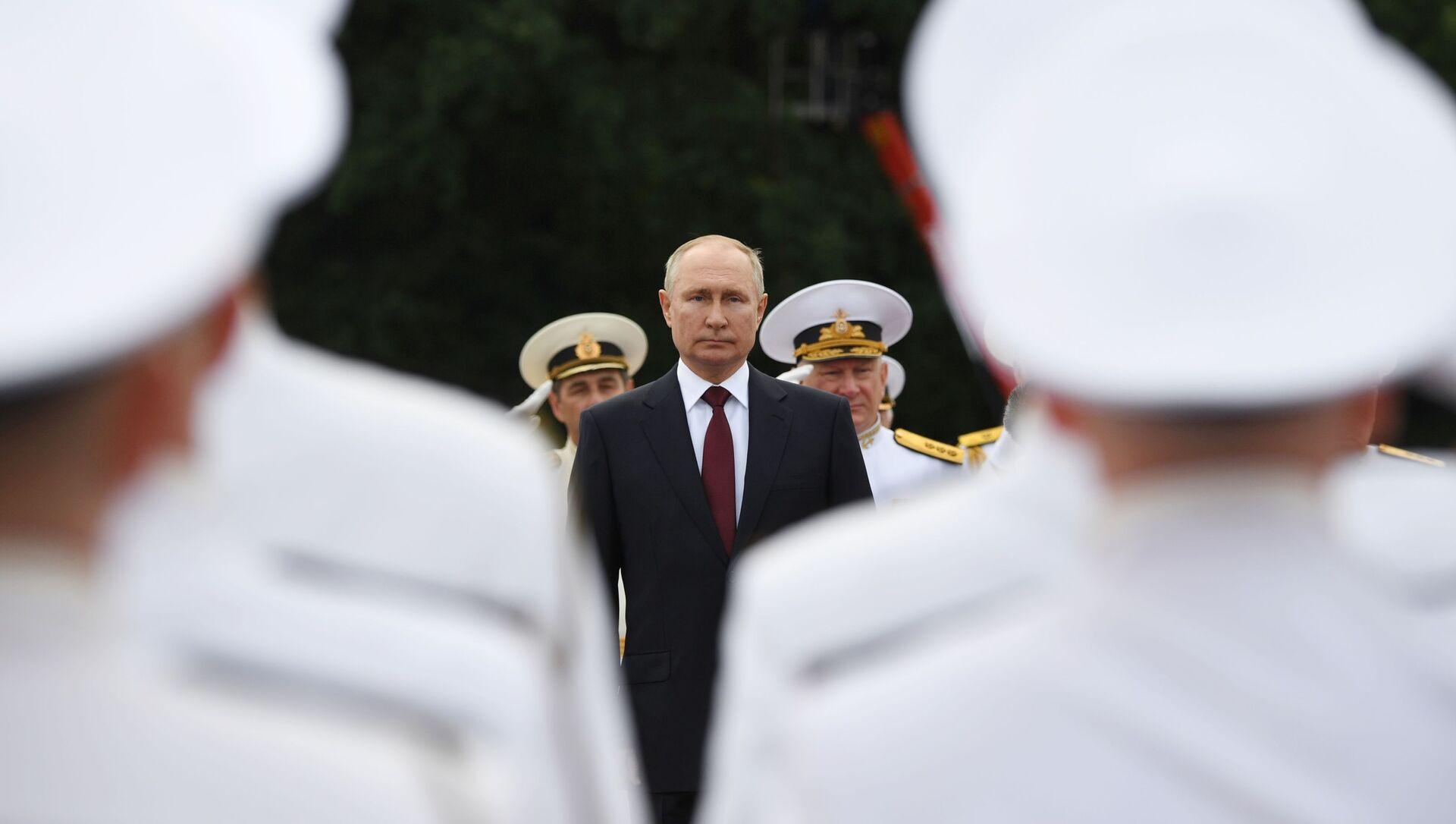 Président russe Vladimir Poutine à la parade militaire, Saint-Pétersbourg, 25 juillet 2021  - Sputnik France, 1920, 25.07.2021