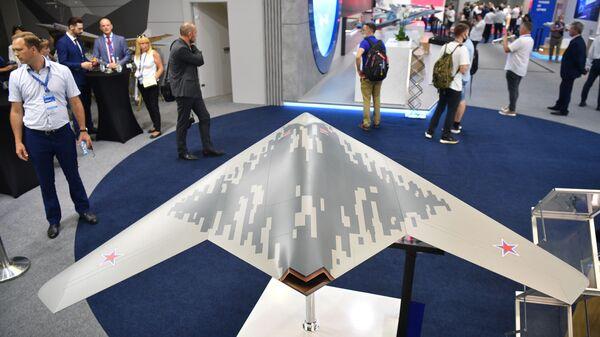 Une maquette du S-70 Okhotnik au Salon international MAKS-2021 - Sputnik France