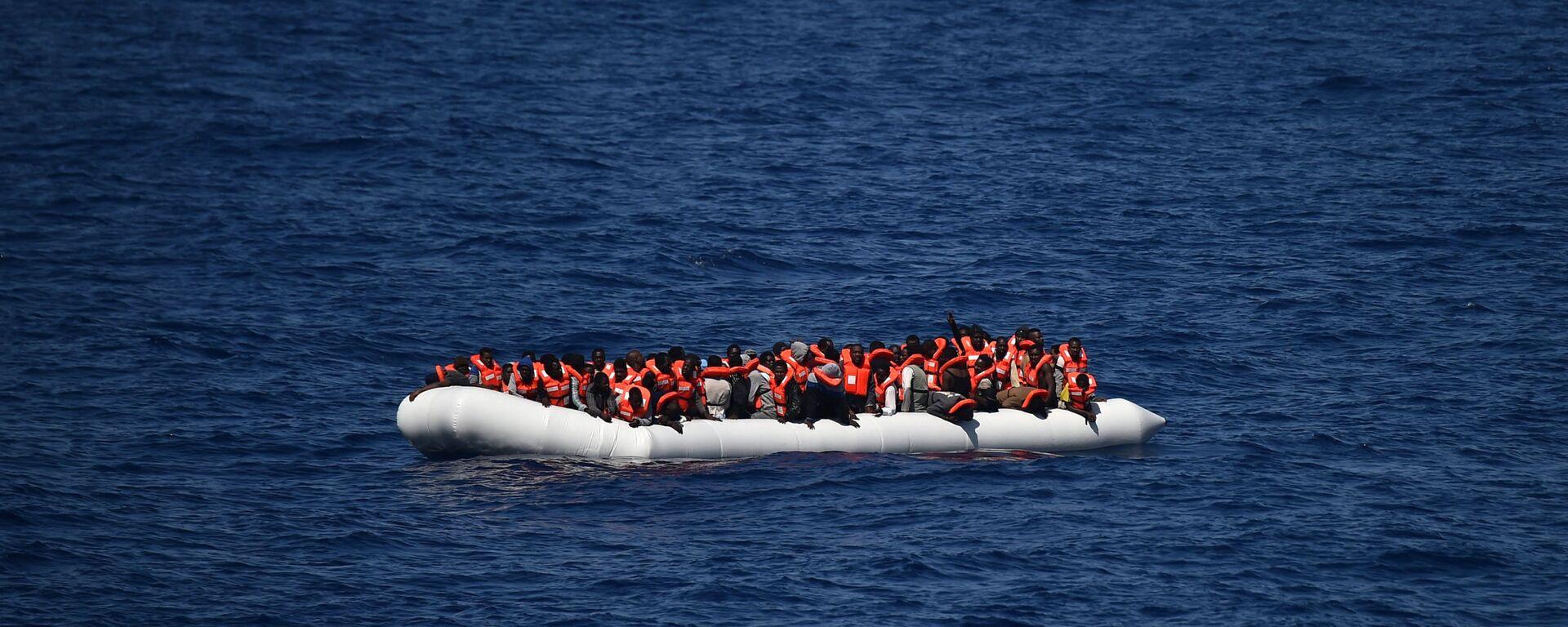 Des réfugiés attendent d'être secourus par le bateau Aquarius en mer Méditerranée au large des côtes libyennes, mai 2016 - Sputnik France, 1920, 29.07.2021