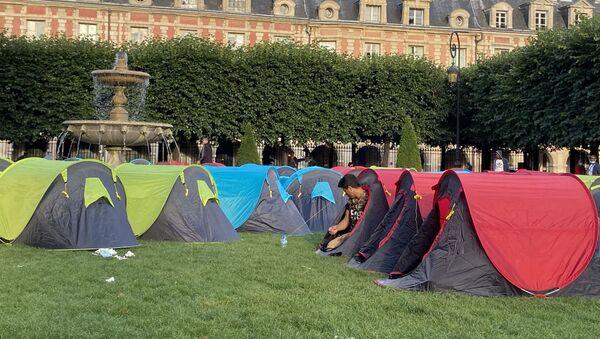 Environ 400 sans-abri s'installent sous des tentes place des Vosges à Paris, le 29 juillet - Sputnik France