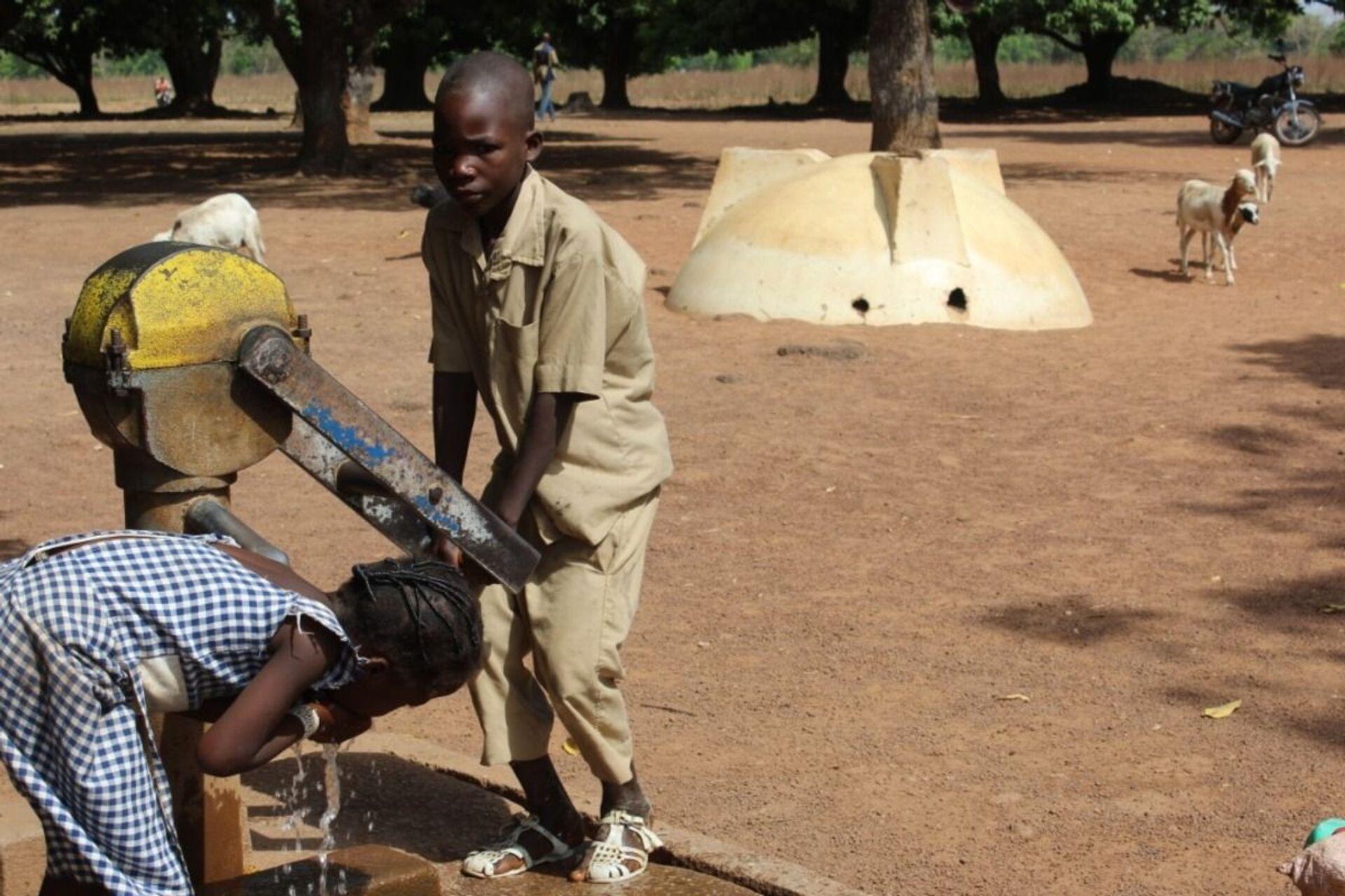 Dans le nord de la Côte d'Ivoire, contre la pauvreté et le terrorisme «on investit dans l'école» - Sputnik France, 1920, 30.07.2021