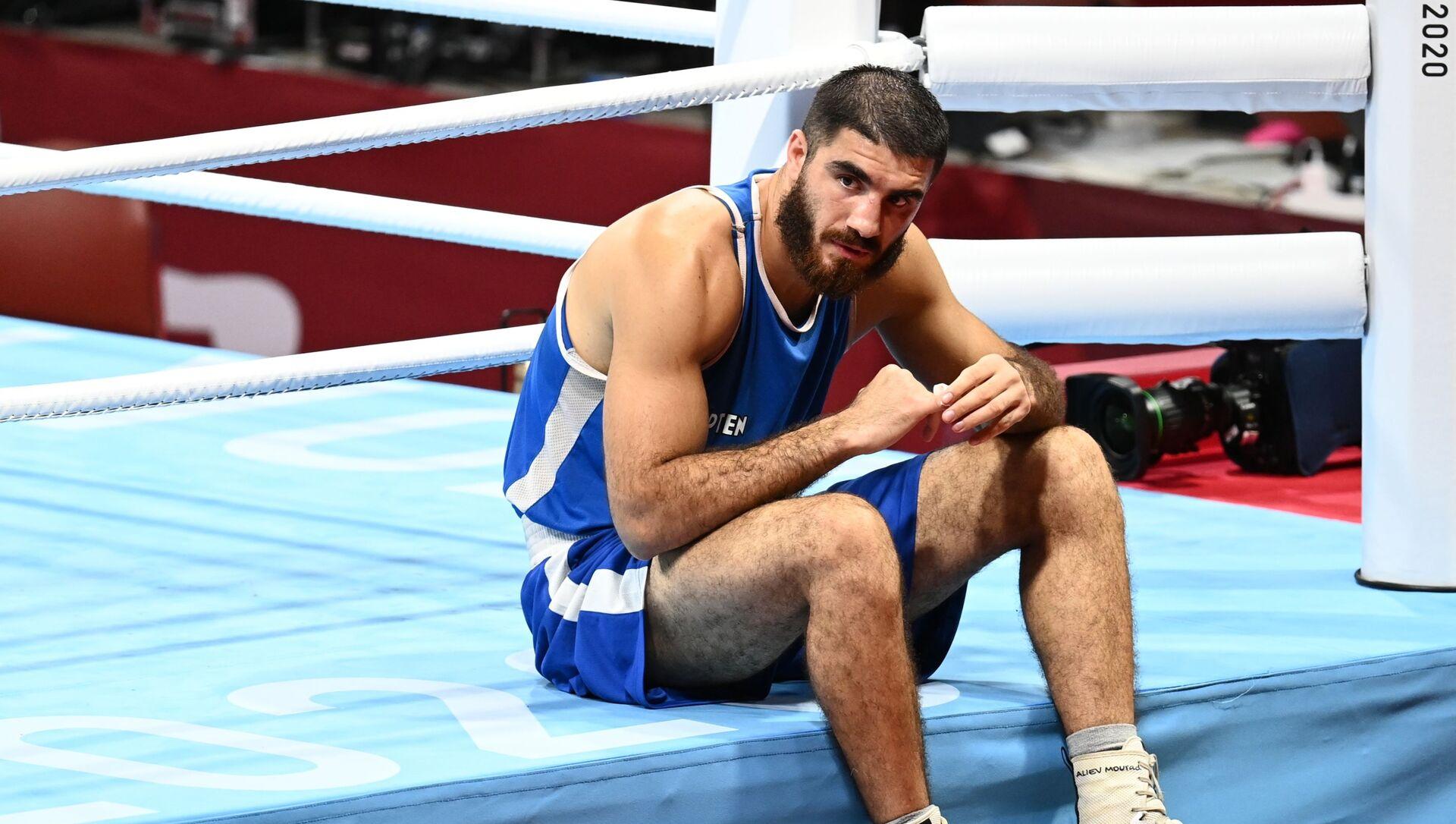 Jeux Olympiques 2020: le boxeur français Mourad Aliev, disqualifié en quart de finale pour un coup de tête porté à son adversaire, fait un sit-in sur le ring - Sputnik France, 1920, 01.08.2021