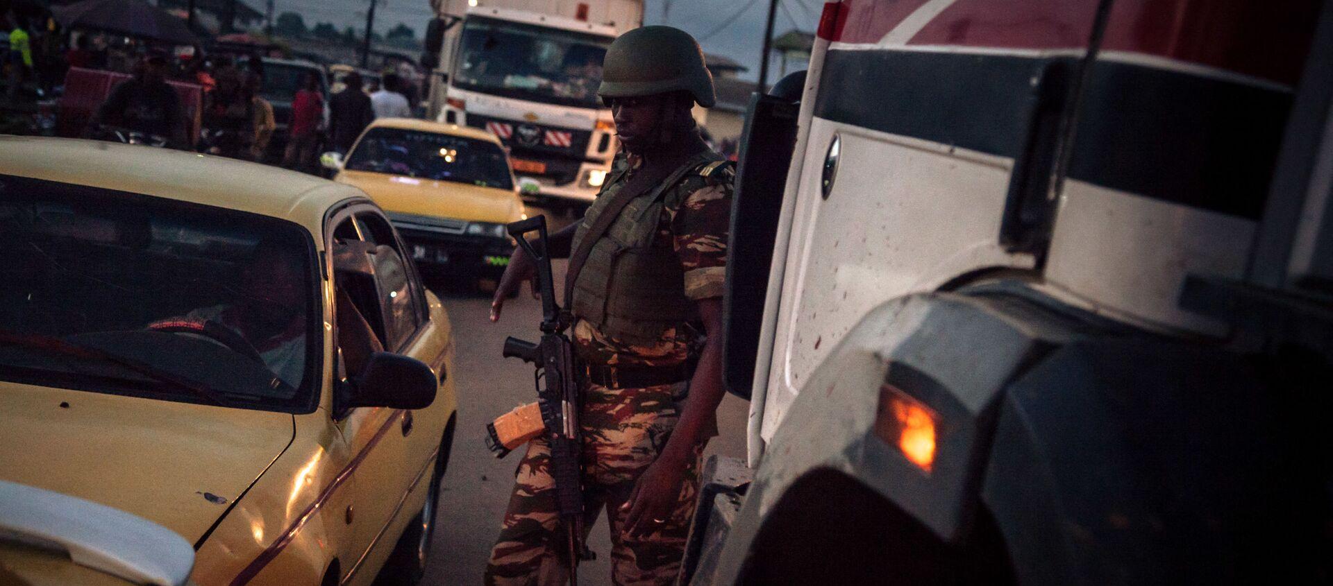 Un soldat des forcées camerounaises patrouille dans le Sud-Ouest anglophone du pays  - Sputnik France, 1920, 04.08.2021