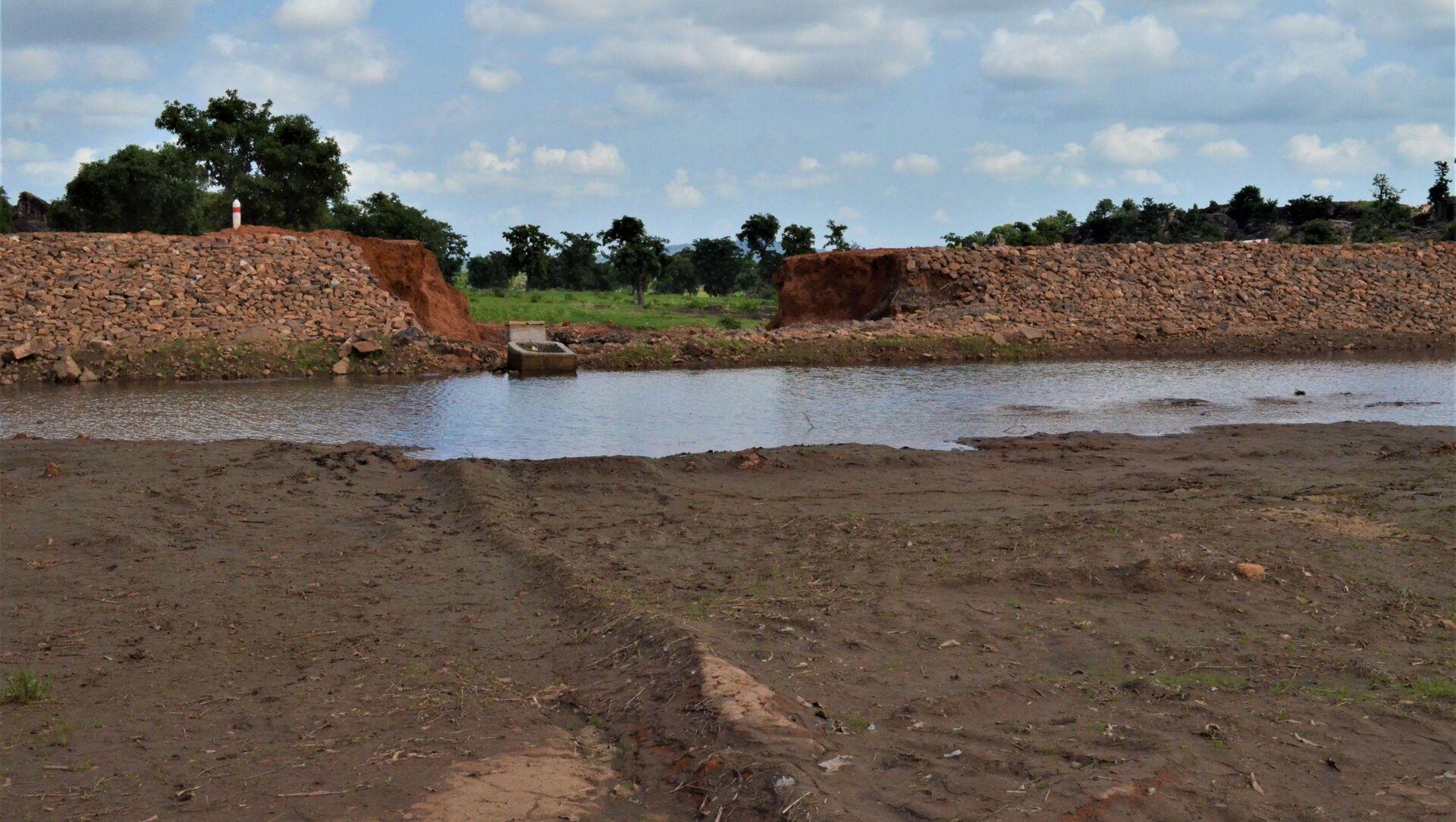 Un barrage destiné à alimenter en eau deux villages, Sidiki et Konkoagou, dans le nord du Togo, mais deux pluies torrentielles en sont venues à bout - Sputnik France, 1920, 05.08.2021