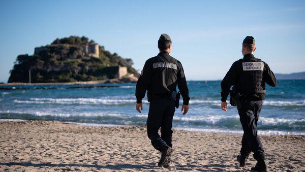 Des gendarmes sur une plage devant le fort de Brégançon, à Bormes-les-Mimosas (archive photo) - Sputnik France