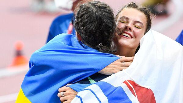 La Russe Mariya Lasitskene (à gauche) et l'Ukrainienne Yaroslava Mahuchikh après la finale de saut en hauteur aux JO de Tokyo - Sputnik France