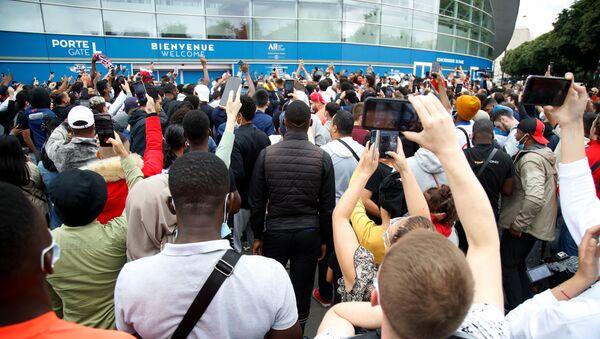 Supporters près du Parc des Princes après l'annonce de Messi sur son départ du Barça et sur le possible transfert au PSG - Sputnik France