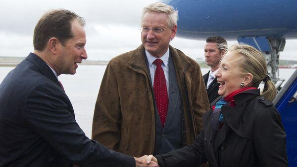 Mark Brzezinski (à gauche) ambassadeur des États-Unis en Suède et Carl Bildt (au centre) Ministre suédois des affaires étrangères accueillent Hillary Clinton (à droite) Secrétaire d'État à son arrivé à Stockholm le 2 juin 2012. - Sputnik France