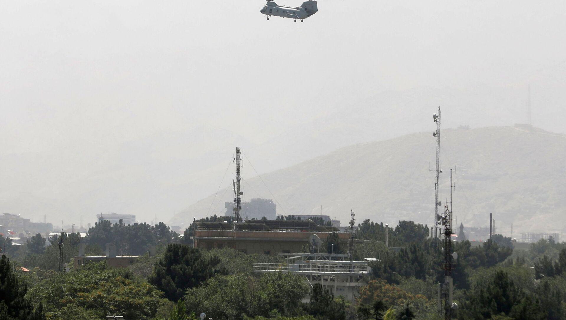 Un hélicoptère militaire survole Kaboul, le 15 août 2021  - Sputnik France, 1920, 15.08.2021