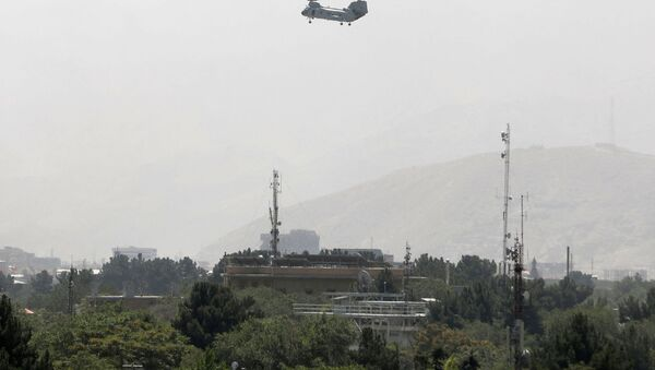 Un hélicoptère militaire survole Kaboul, le 15 août 2021  - Sputnik France