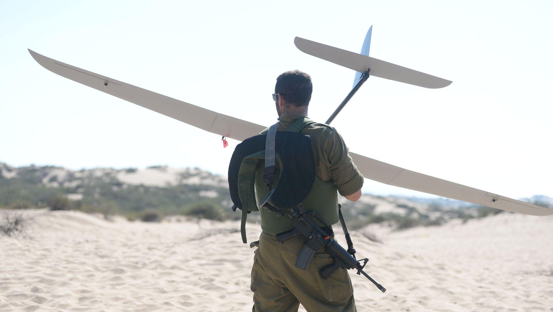 Un soldat israélien tient un drone Skylark - Sputnik France, 1920, 15.08.2021