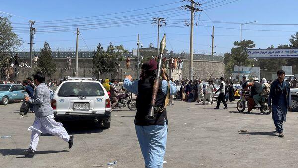 Un combattant du mouvement taliban patrouille la zone à l'intérieur de l'aéroport de Kaboul, le 16 août 2021 - Sputnik France