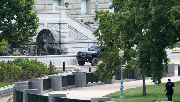 Un homme qui avait menacé de transporter une bombe près du Capitole s'est rendu à la police - Sputnik France