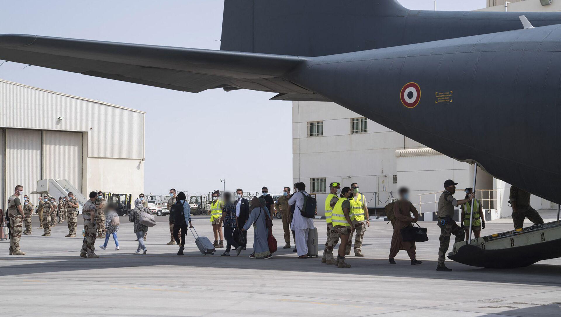 Des personnes ramenées de Kaboul à Abou-Dabi au bord d'un avion militaire français C130  - Sputnik France, 1920, 21.08.2021