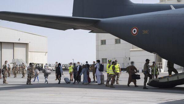 Des personnes ramenées de Kaboul à Abou-Dabi au bord d'un avion militaire français C130  - Sputnik France