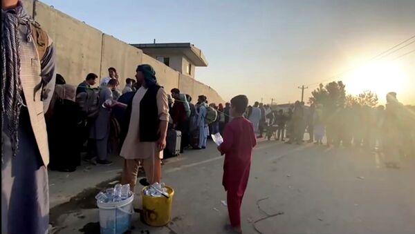 Une queue près de l'aéroport de Kaboul - Sputnik France