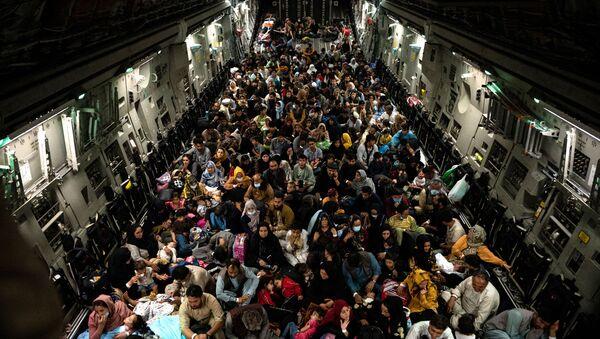 Fuite d'Afghanistan: des avions bondés quittent Kaboul  - Sputnik France
