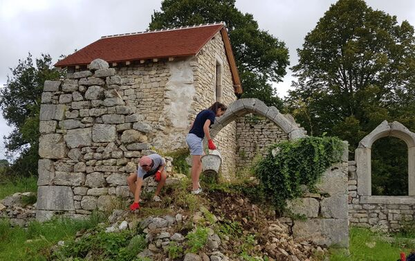 Des jeunes de l'association Arcade sur le chantier de l'église de Saint-Alban. - Sputnik France