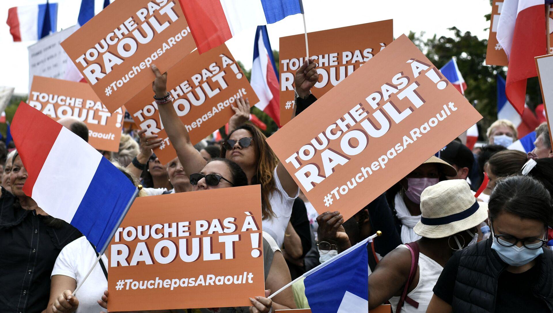 Manifestants à Paris brandissent des pancartes «Touche pas à Didier Raoult!» - Sputnik France, 1920, 23.08.2021