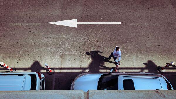 Un homme près d'une voiture, image d'illustration - Sputnik France