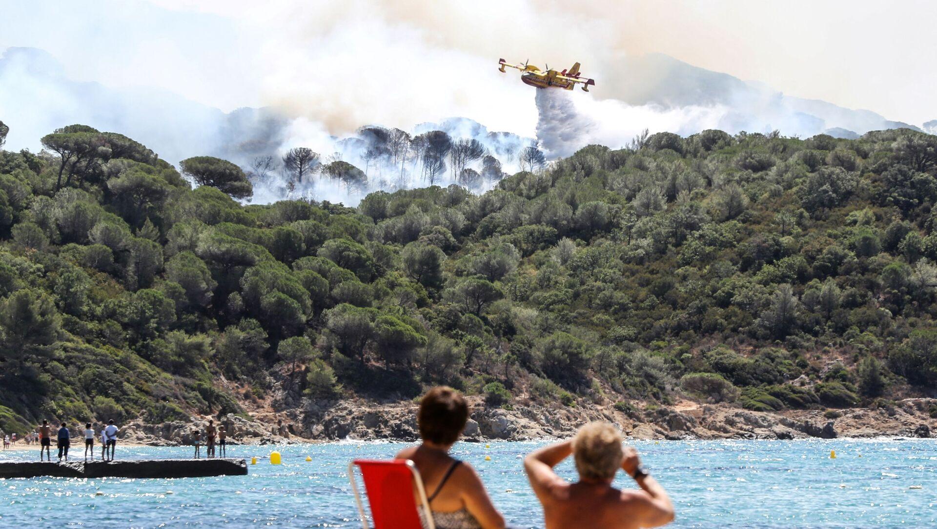 Un Canadair à Saint-Tropez, ville ravagée par des incendies de forêt, juillet 2017 - Sputnik France, 1920, 25.08.2021