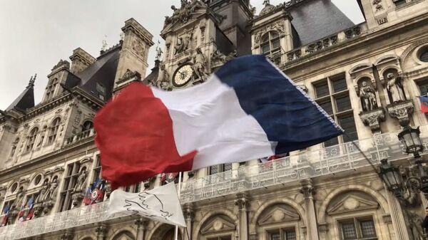 Drapeau français sur le fond de la Mairie de Paris - Sputnik France