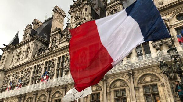 Un drapeau français sur le fond de la Mairie de Paris - Sputnik France