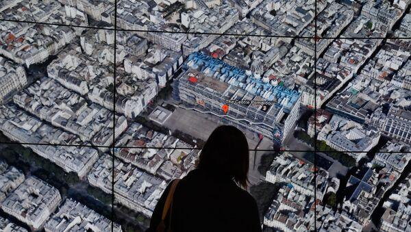 Une personne observe la carte de Paris de Google Earth. - Sputnik France
