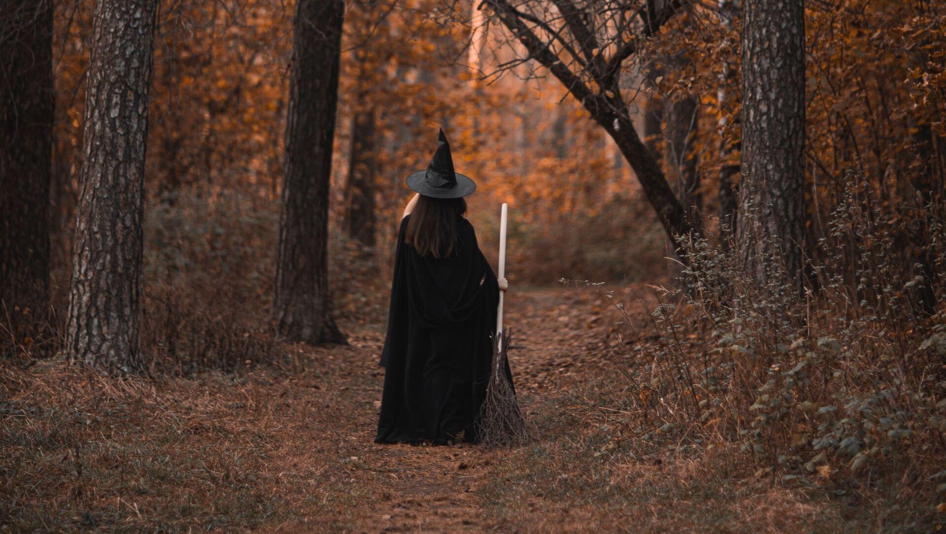 Une femme en costume de sorcière - Sputnik France, 1920, 25.08.2021