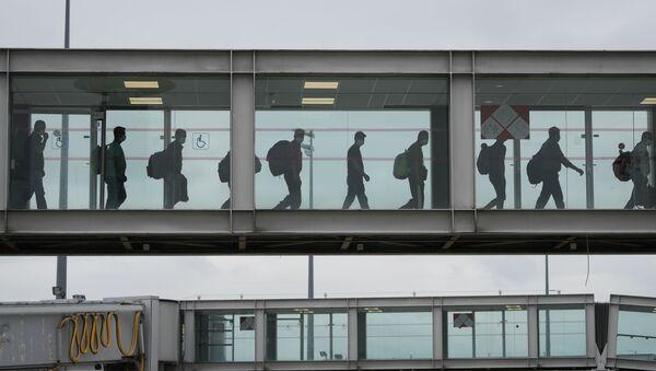 Un avion d'exfiltrés de Kaboul à l'aéroport Roissy-Charles-de-Gaulle - Sputnik France