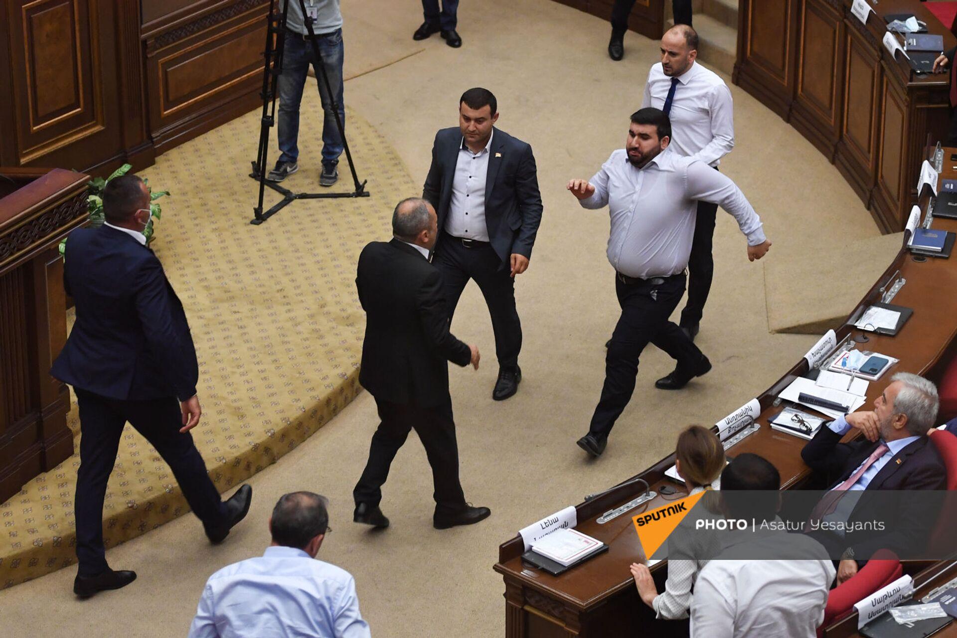 Une bagarre au parlement arménien le 25 août 2021 - Sputnik France, 1920, 21.09.2021